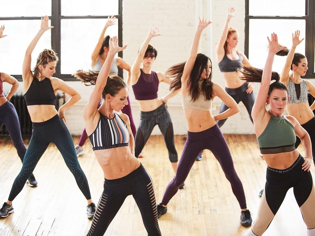 картинки простых танцевальных движений комнате синего